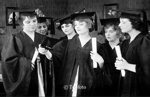 Woman wearing graduation gowns, Dubbelvikt Kort