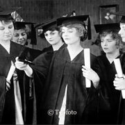 Woman wearing graduation gowns, Dubbelvikt Kort