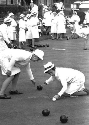 Woman playing bowles, Dubbelvikt Kort