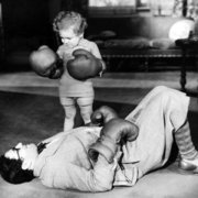 Child with boxing gloves and man on the floor, Dubbelvikt Kort