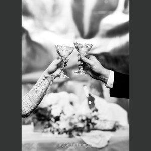 Hands holding glasses, Dubbelvikt Kort