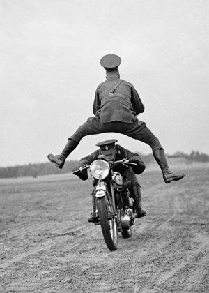 Man jumping over motorcyclist, Dubbelvikt Kort