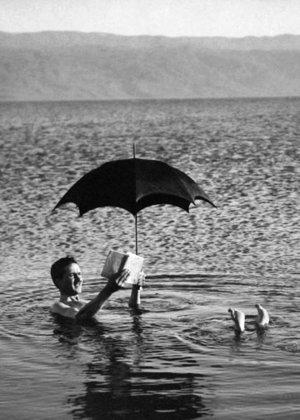 Man in sea with umbrella , Dubbelvikt Kort